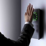 Handvenenerkennung an Wand schräg mit Hand