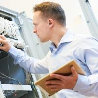 Techniker an Netzwerkschrank