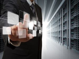 Geschäftsmann drückt virtuellen Button vor einem Serverschrank